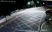 Vídeo mostra momento em que carro derruba semáforo na orla de Ponta Verde