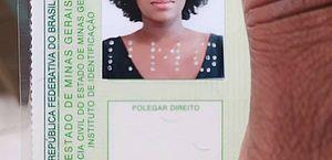 'Agora eu me reconheço', diz jovem negra após conseguir tirar RG em Minas