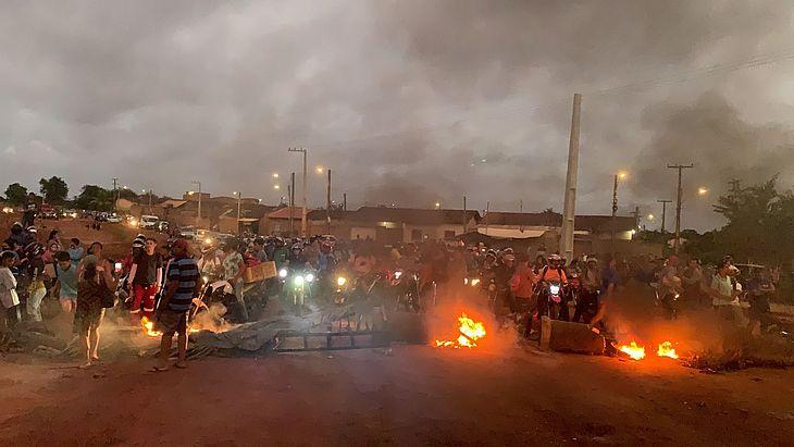 Protesto reúne dezenas de moradores do Aprígio Vilela e congestiona trânsito na Ecovia Norte