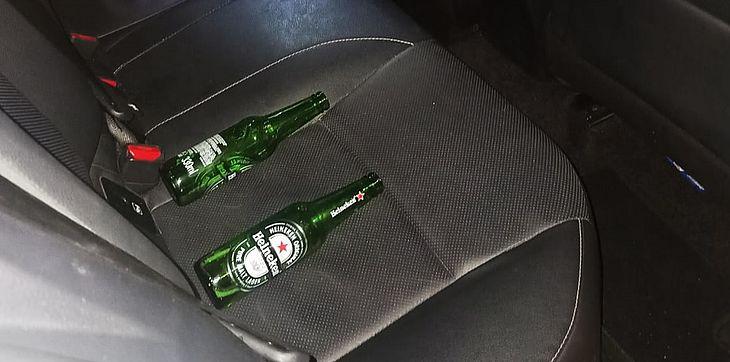 Em um dos casos, polícia flagrou bebida alcoólica no interior de veículo