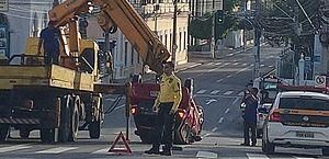 Acidente entre dois carros causa capotamento no Centro de Maceió