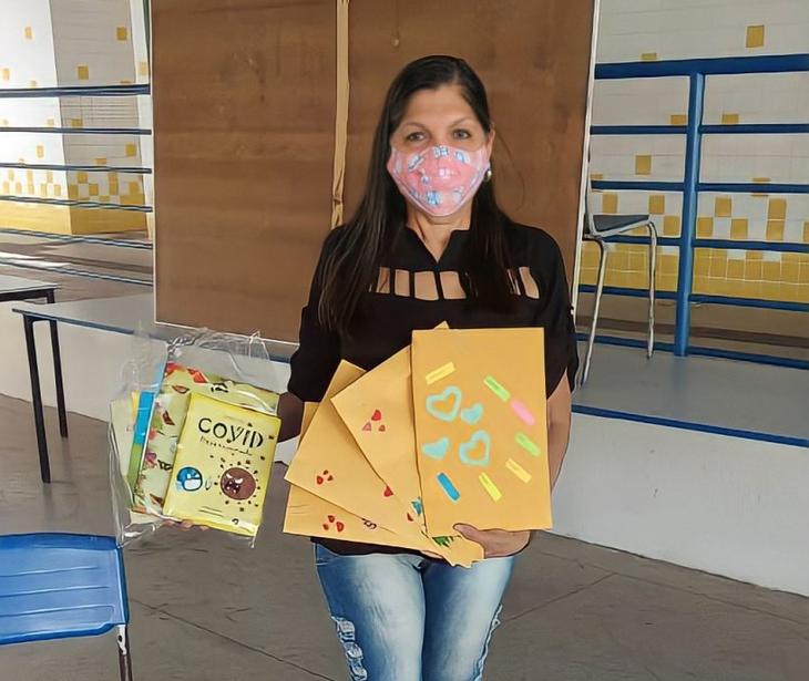 Professora Hilda Lacerda doando alguns dos livros para os alunos da comunidade
