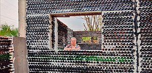 Educadora constrói casa com garrafas de vidro, em Foz do Iguaçu: 'Além de tirar do meio ambiente, vou ter meu cantinho'
