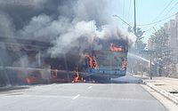 Ônibus é incendiado por homens mascarados, em Fortaleza