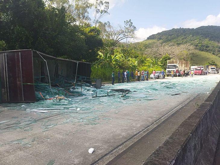 Carreta tombou e espalhou carga de vidro pela rodovia BR-101