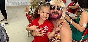 Viúvo se veste como mãe para participar do dia das mães na escola da filha