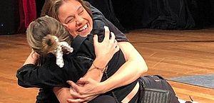 Sandy abraçou Fernanda Gentil no palco