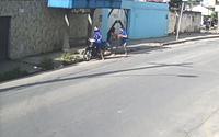 Câmera flagra assalto em ponto de ônibus em plena luz do dia no Antares