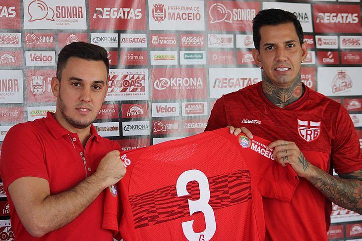 Thiago Paes (vice de futebol) ao lado do zagueiro Victor Ramos