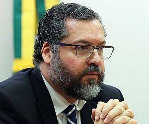 Ernesto Araújo deixa comando do Itamaraty após pressão do Congresso