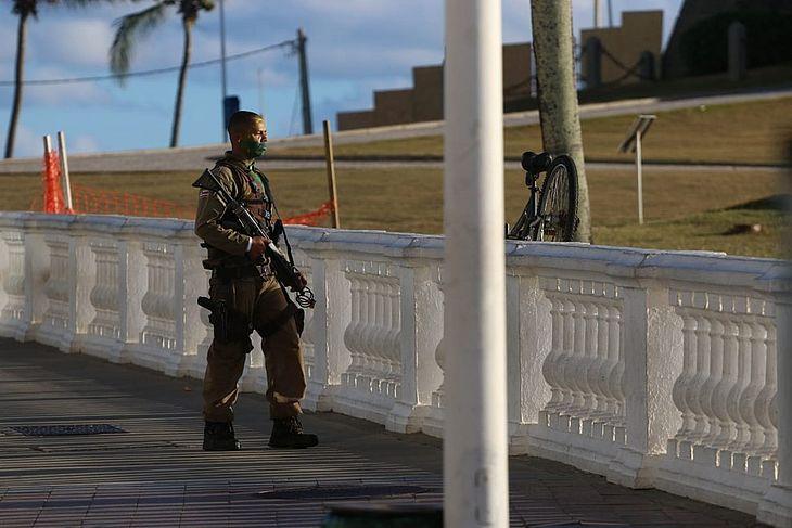 Policial militar que 'surtou' e disparou tiros para cima na região do Farol da Barra, em Salvador no entrono do Farol da Barra
