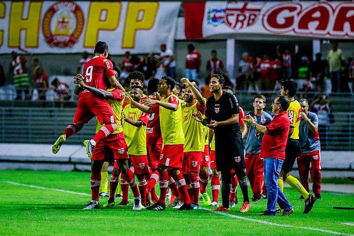 Léo Ceará comemora com os companheiros o gol da vitória do CRB sobre o Coritiba