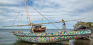 Barco construído totalmente com resíduos de plástico reciclado encontrados na praia da ilha de Lamu, costa norte do Quênia