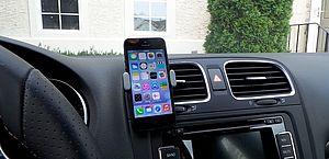 Suporte de celular no carro dá multa? E fone bluetooth? Saiba o que diz a lei