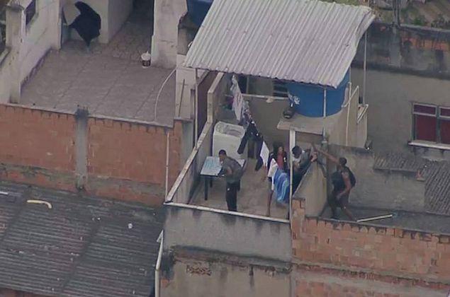 'Foi baleado na perna, pediu ajuda, mas eles mataram', diz mulher de vítima no RJ