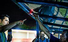Técnico de rádio faz teste na estrutura após a partida disputada por CSA e Paysandu