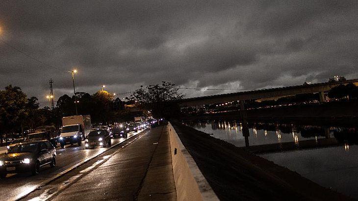 Céu ficou escuro em São Paulo na tarde de segunda-feira