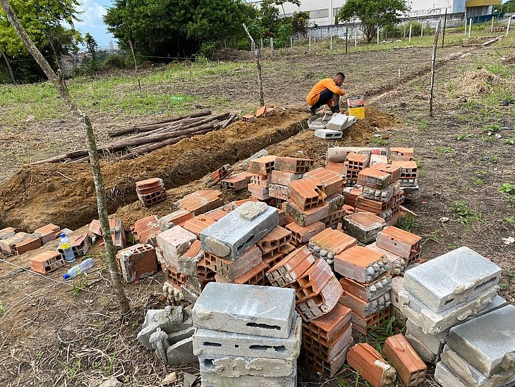 Obras não possuam alvará de construção e invadiram área verde