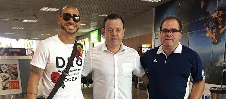 Nilton é recebido pelo executivo de futebol Fabiano Melo e o gerente de futebol Marcelo de Jesus