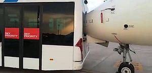 Motorista se descuida e ônibus bate em avião ao manobrar na Espanha