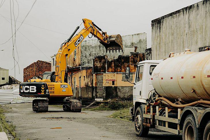 Demolições acontecem nesta terça e quarta-feira e visam sanar risco à população