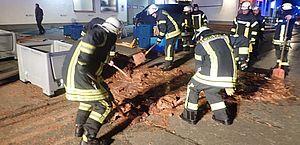 Rua vira 'rio de chocolate' após vazamento em fábrica na Alemanha