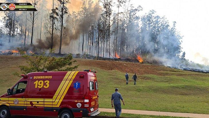 Aeronave cai no interior de São Paulo e faz vítimas; bombeiros combatem incêndio
