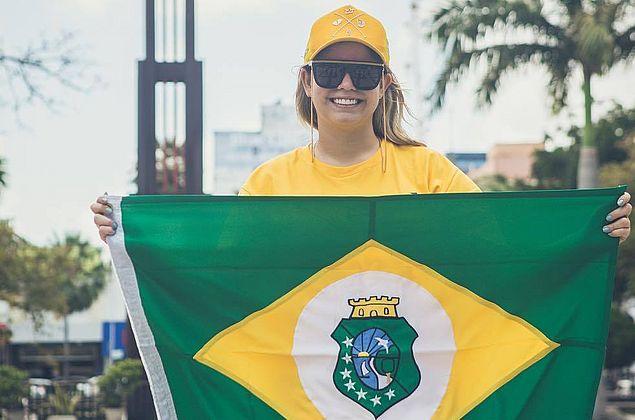 Marília Mendonça 'se disfarça' e faz panfletagem de show em Fortaleza