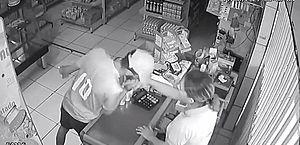 Vídeo: ladrão beija mão de vítima após assaltar padaria no Benedito Bentes