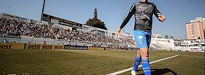 Vídeo: goleiro da Ponte é informado da convocação para Seleção durante voo