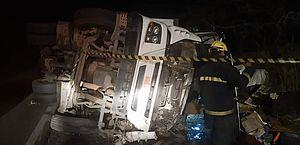 Motorista perde controle e carreta capota em Delmiro Gouveia; jovem foi socorrido