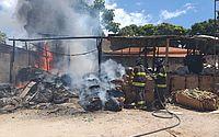 Bombeiros usam água e extintor para apagar incêndio em galpão no Barro Duro