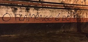 Sede do Flamengo é pichada após anúncio de cobrança por transmissão de jogo