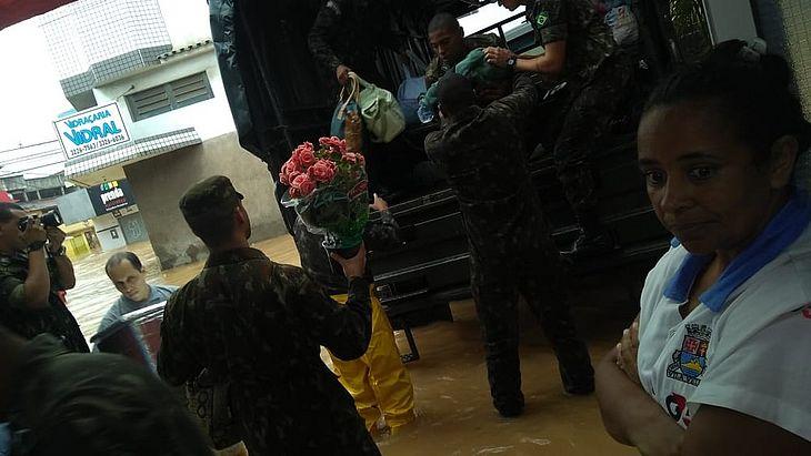 Exército retira pacientes de maternidade inundada, no ES