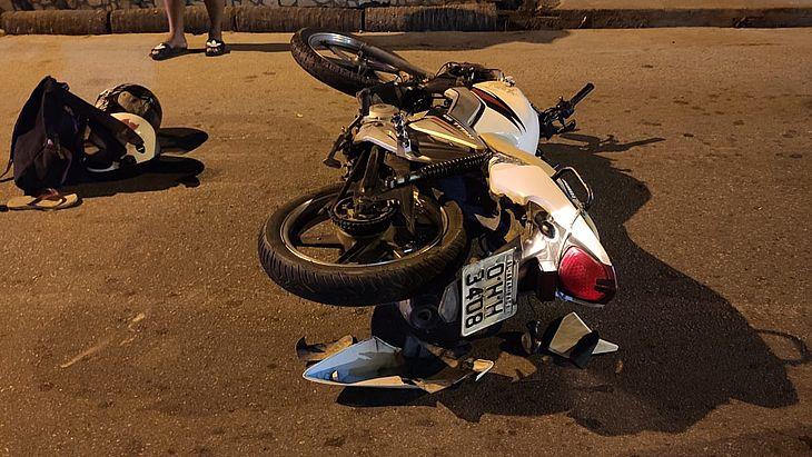 Motociclista colidiu de frente com automóvel e precisou ser socorrido ao HGE
