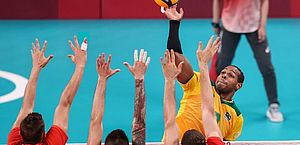 Brasil leva virada da Rússia e vai disputar o bronze no vôlei masculino