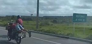 Vídeo: policiais flagram motociclista pilotando 'deitado' na rodovia AL-101 Sul