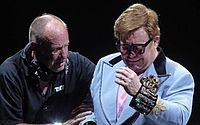 Elton John perde a voz, deixa o palco chorando e revela que está doente