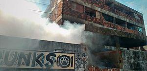 Incêndio atinge prédio habitado por moradores de rua, em Maceió