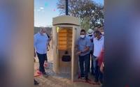 No interior da Bahia, prefeito faz ato com aglomeração para inaugurar 'banheiro químico'; assista
