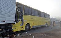 Motorista morre e 15 ficam feridos após ônibus bater em caminhão