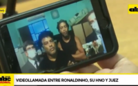 Em chamada de vídeo, Ronaldinho faz 'hang loose' para o juiz que determinou prisão domiciliar