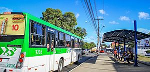 Lei que proibia adesivo em vidro de ônibus em Maceió é inconstitucional, decide TJ