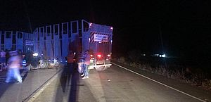 Dois ficam feridos após acidente entre carro e caminhão em Atalaia