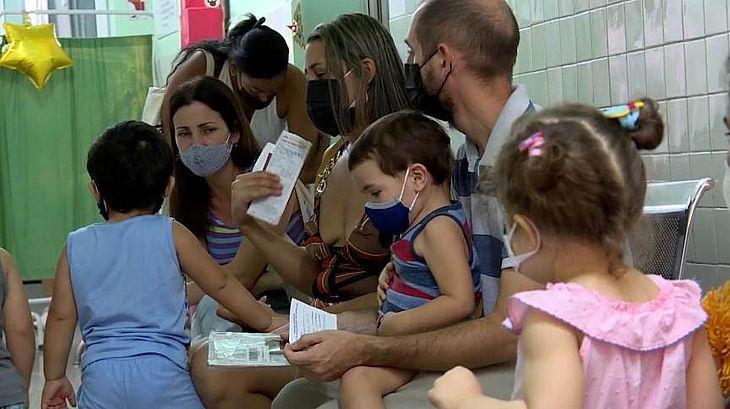 Crianças aguardam em posto de vacinação