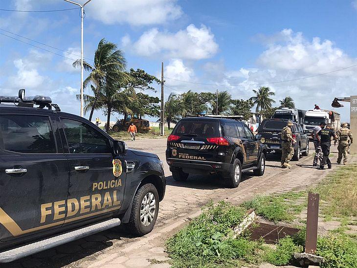 Policiais estiveram no porto para coibir a prática de crimes como contrabando e tráfico de drogas e armas