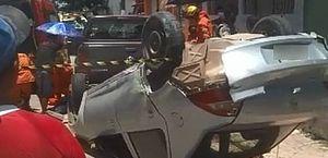 Carro perde o freio em descida de ladeira, atropela pessoas e capota em Satuba