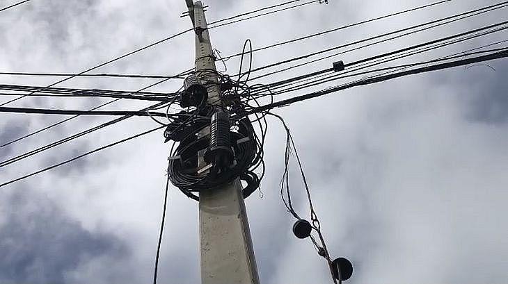 Ação busca evitar riscos de acidentes em virtude do acúmulo de fios nos postes