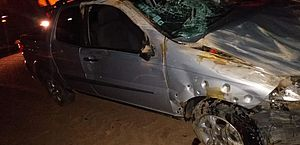Motorista tenta desviar de veículo, atinge barranco e tomba com picape na AL-110