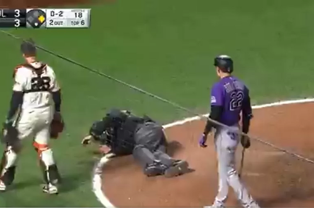 Árbitro de beisebol é atingido com bolada no rosto e cai em jogo; veja vídeo